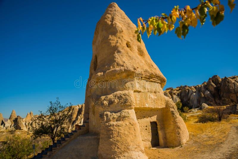 Goreme Zemi dal, Cappadocia, Anatolien, Turkiet: Kyrka för El Nazar En av det mest härlig vaggar kyrkor i soligt väder in royaltyfri foto