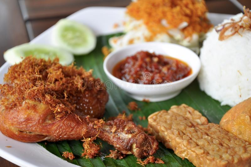 Goreng ayam urap Nasi dengan стоковое изображение rf