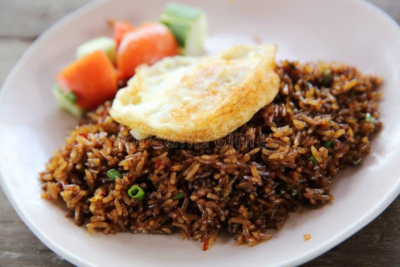 Goreng nasi жареных рисов с цыпленком и овощами стоковая фотография rf