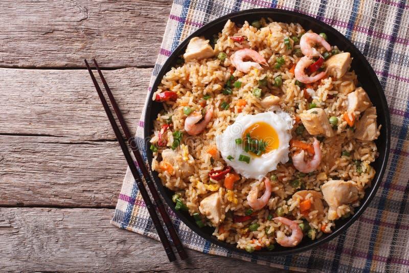 Goreng Nasi с цыпленком, креветками, яичком и овощами горизонтальными стоковая фотография