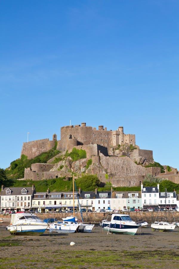 Gorey con il castello di Mont Orgueil, Jersey, Regno Unito immagini stock libere da diritti