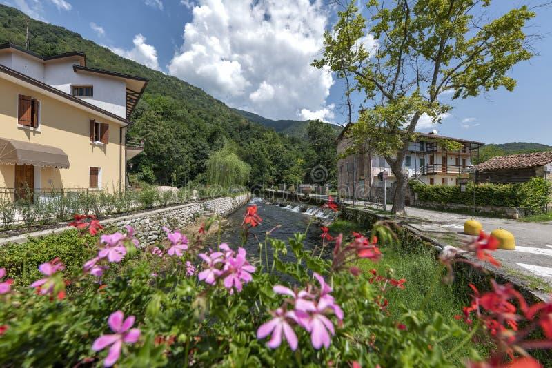 Gorgazzo, Pordenone, Italië Panorama met de rivier Livenza en zijn lentes stock afbeeldingen