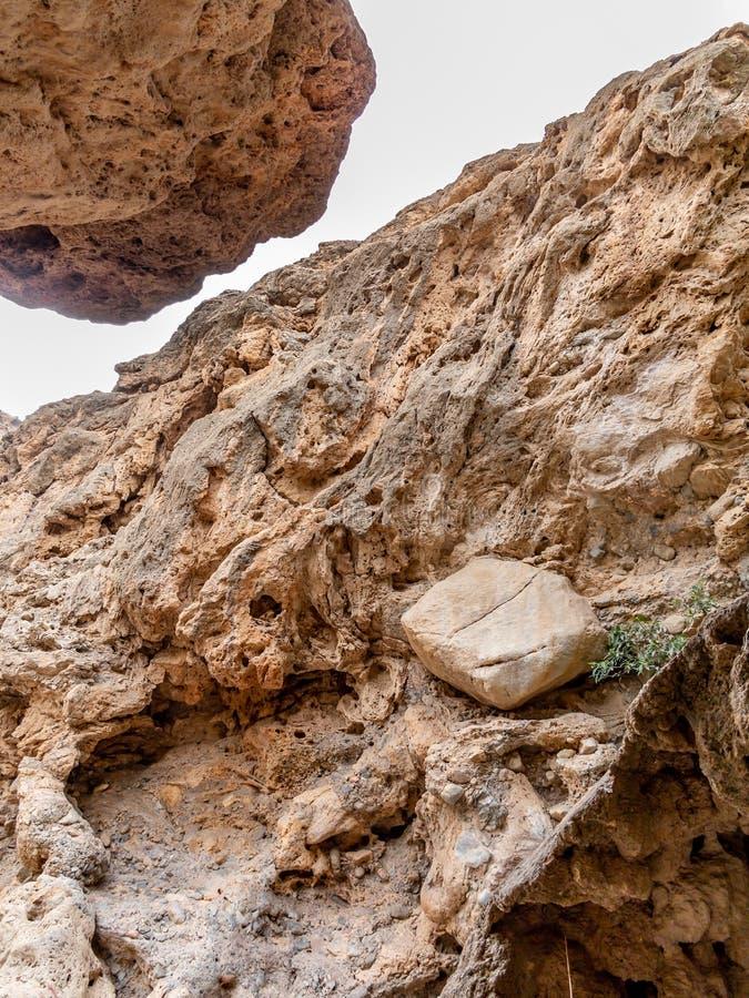 Gorge étroite entre les roches sur le sentier piéton d'oued à proximité de Muscat, Oman photos stock