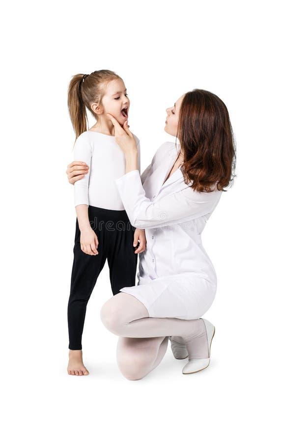Gorge de examen de docteur de petite fille image libre de droits