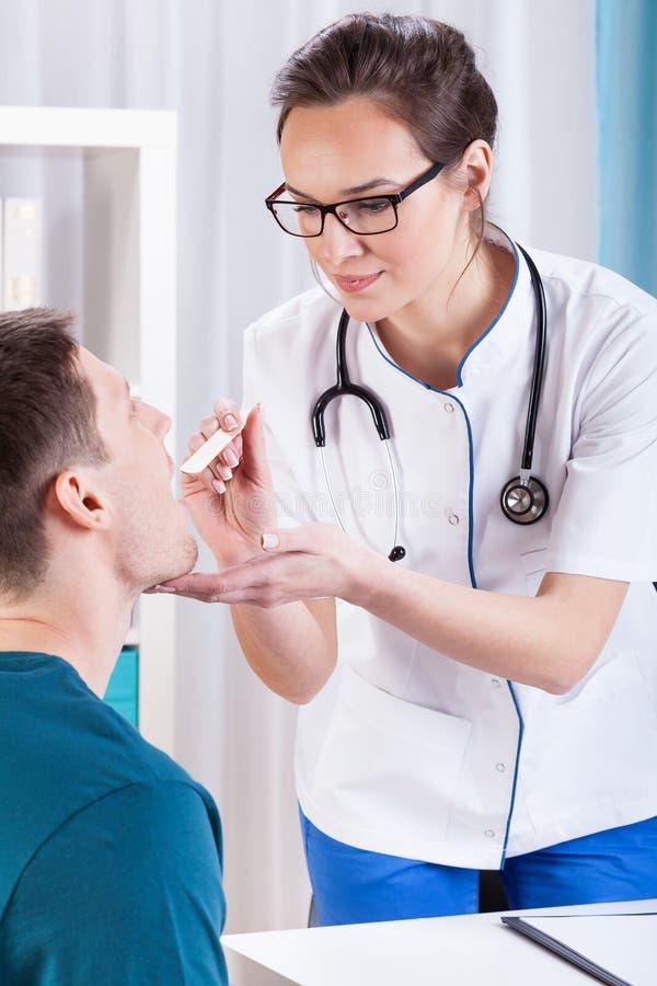 Gorge de examen de docteur du patient images stock
