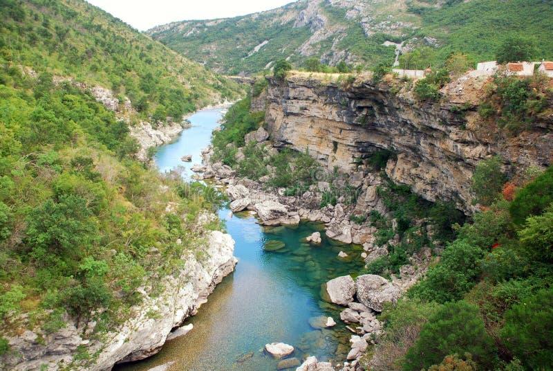 Gorge de fleuve Tara en montagnes du Monténégro image stock