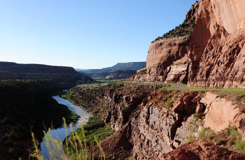 Gorge, fleuve et route rouges images libres de droits