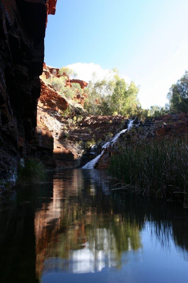 Gorge o waterhole e os penhascos no parque nacional de Karijini imagens de stock