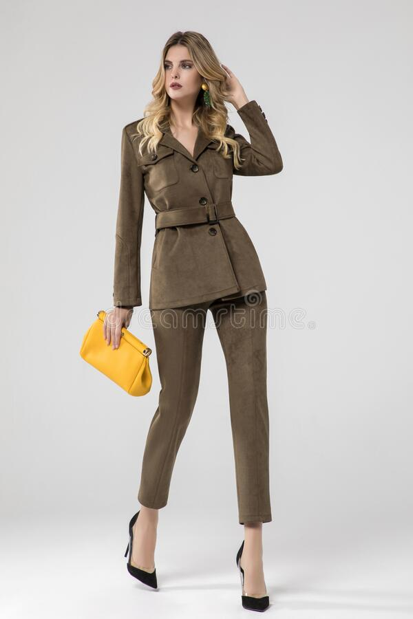 Free Gorgeous Blonde Model Posing In Olive Suit And Chic Yellow Handbag Stock Photo - 183167560