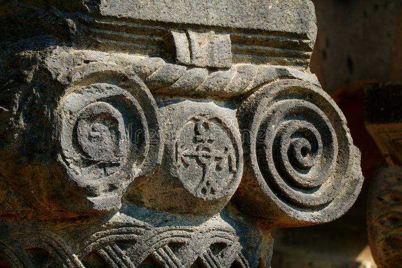 Gorgeous Capital of the Armenian Ionic Column in Zvartnots Cathedral Ruins, Província de Armavir, Armênia fotos de stock royalty free