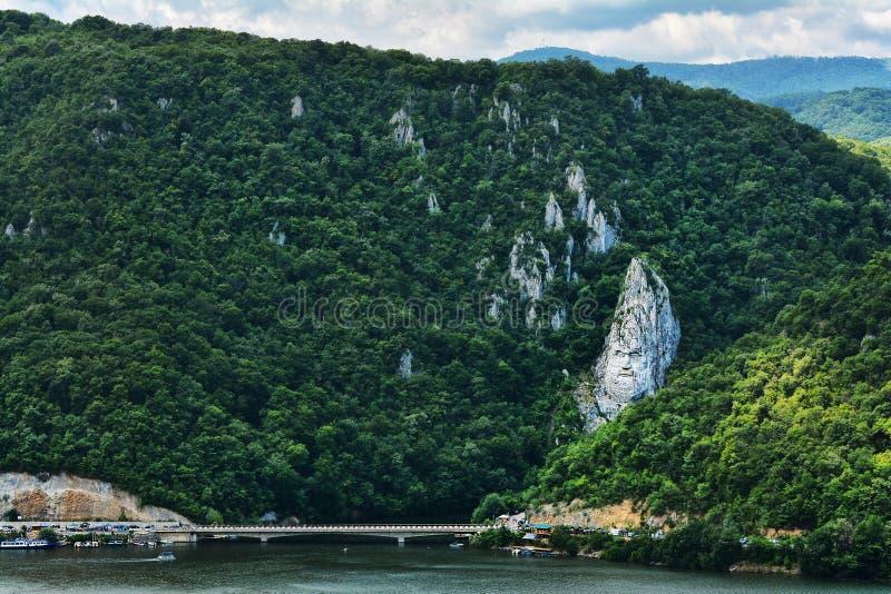 Gorges spectaculaires de Danube Tête du ` s de Decebal sculptée dans la roche photo libre de droits