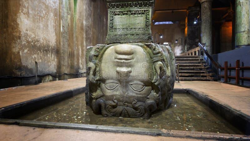 Gorgon Medusa huvud i underjordisk basilikacistern de största forntida vattenbehållarna, Istanbul, Turkiet royaltyfri fotografi