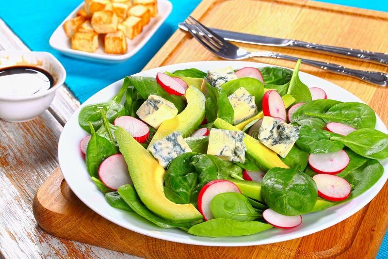 Gorgonzola, Avocado, Spinat, Salat des roten Rettichs stockbild