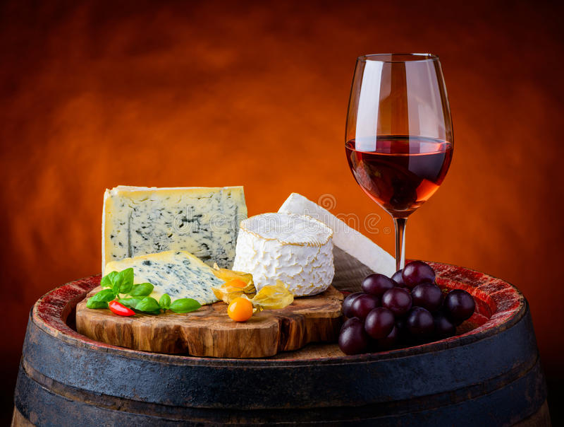 Gorgonzola, camembert, Brie Cheese och Rose Wine arkivbild