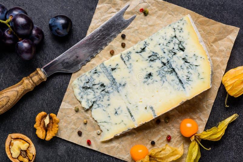 Gorgonzola för blå form ost med frukter arkivfoton