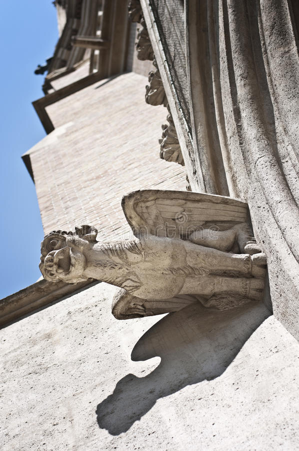 """Gorgoyle†""""gotisch detail van de voorgevel van St Othmar kerk in Wenen stock afbeelding"""