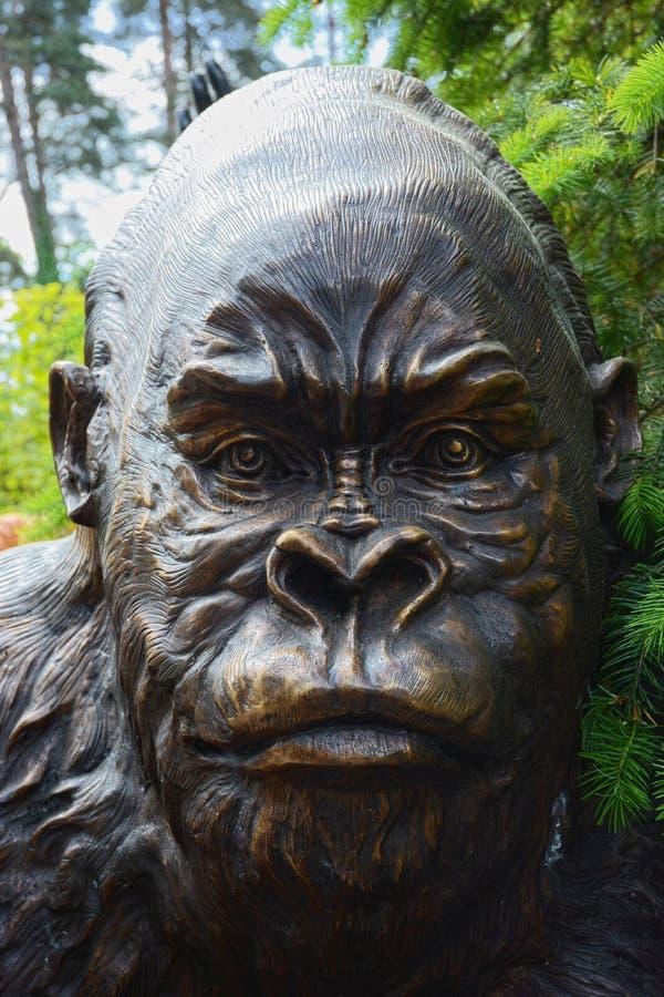 gorilla Bronsskulptur royaltyfri bild