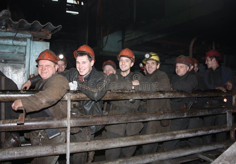 Gorlovka, Украина - 12-ое октября 2015: Горнорабочие в очереди перед спуском в подземную деятельность стоковая фотография
