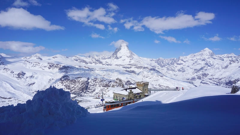 Gornergrat与马塔角峰顶风景的火车站 免版税库存照片