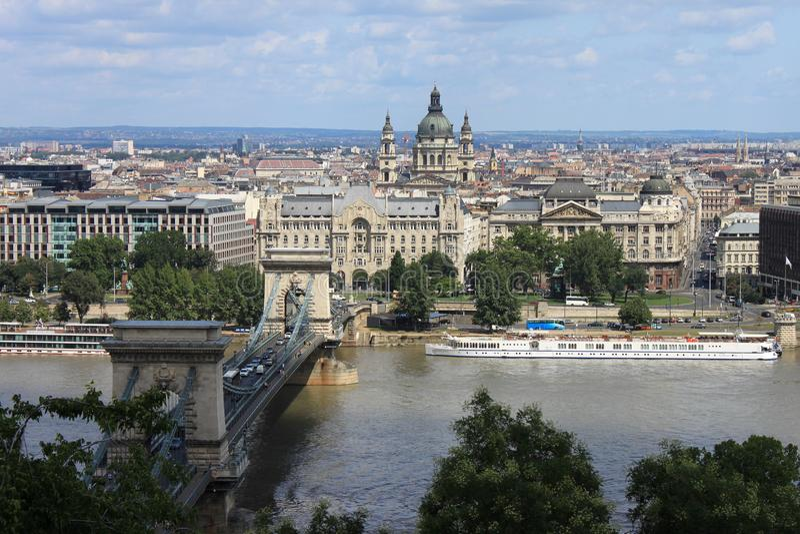 35/5000 gorod Budapesht i na Vid tsepnoy большинств взгляд города Будапешта и цепного моста стоковое фото rf