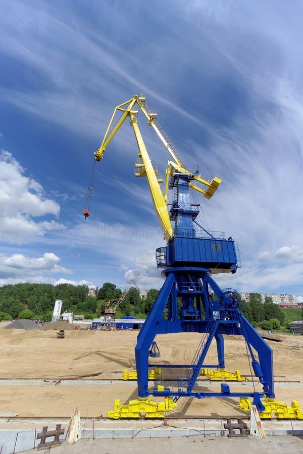 Gorodets Ryssland - Juni 2 2016 Blå portalkran med en gul pil på lasthamnplatsen i Gorodets om nyckeln fotografering för bildbyråer