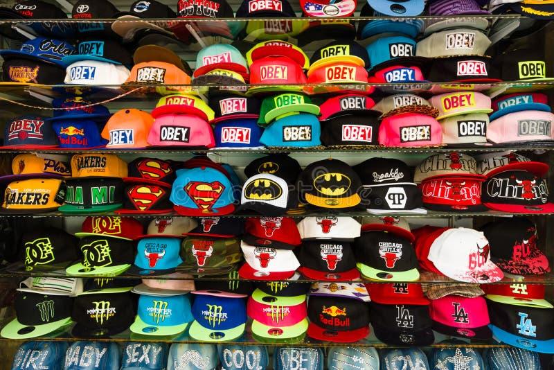 Gorras de béisbol con diversas marcas de fábrica imagenes de archivo