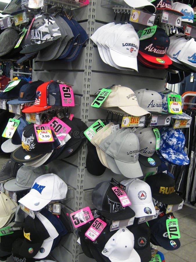 Gorras de béisbol para la venta en una tienda. fotos de archivo libres de regalías