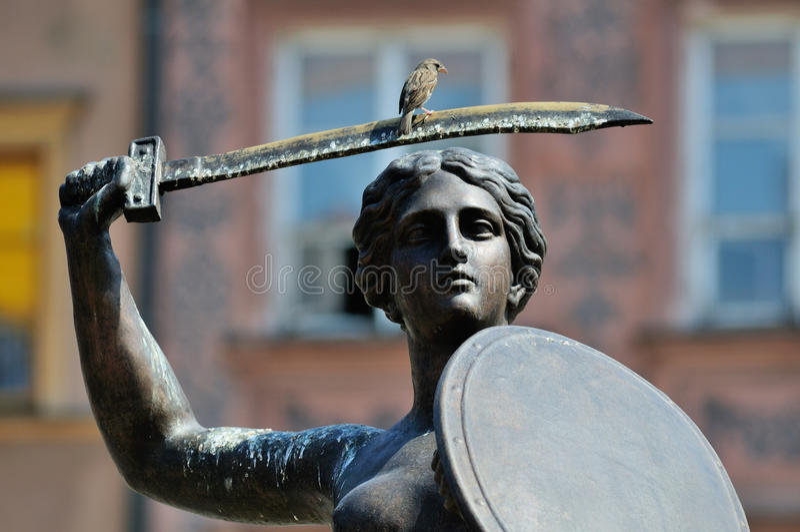 Gorrión en la estatua imagenes de archivo