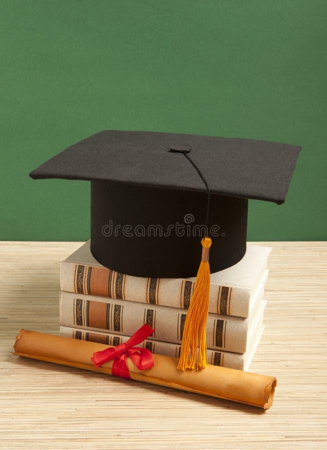 Gortarboard och avläggande av examenscrol royaltyfri foto