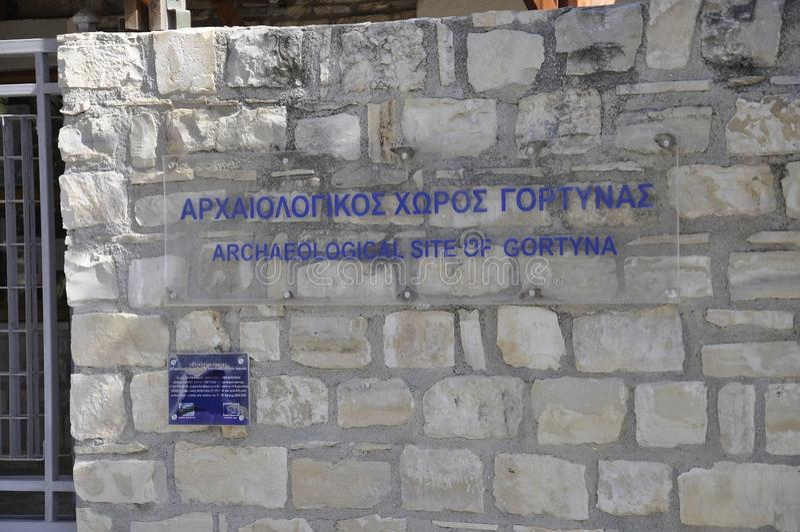 Gortyna考古学站点牌在希腊的克利特海岛 库存图片