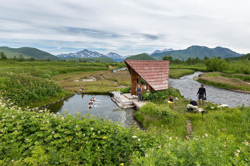 Goryacherechensky grupp Hot Springs Den Nalychevo naturen parkerar på Kamchatka Ryssland Far East royaltyfria foton