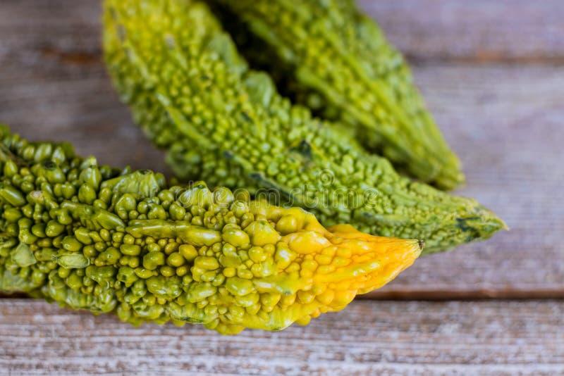 Gorzki melonowy świeży organicznie zielony warzywo, ziele, gorzki ogórek lub gorzki ogórek na starym drewnianym tle lub, obraz stock