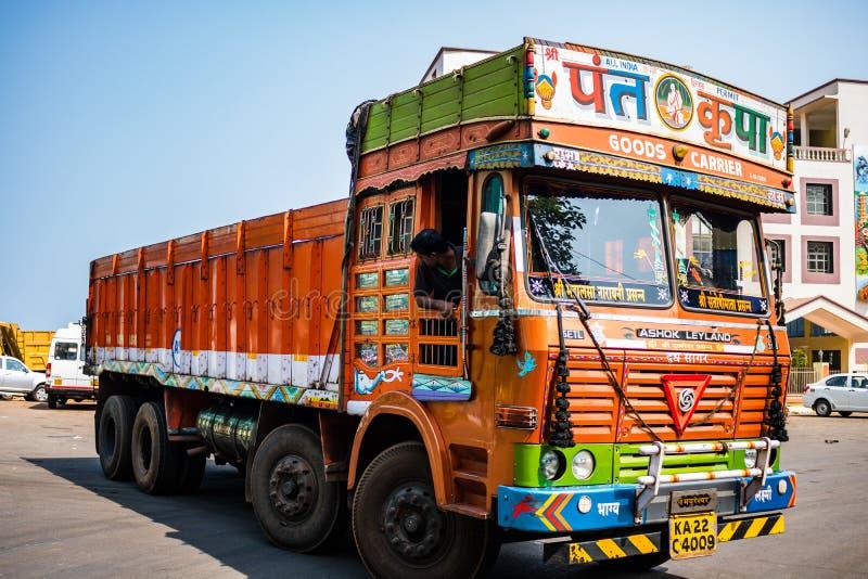 Gos, India - 2019 Camion variopinto del carico sotto un cielo blu di estate con le pitture decorative ricche, tipiche per i camio fotografia stock libera da diritti