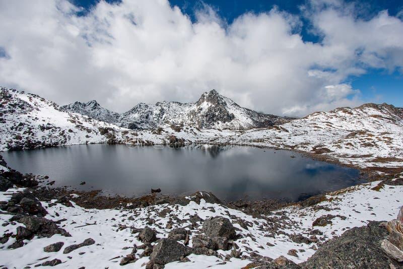 Gosaikunda - замороженное озеро высокое вверх в Гималаях, в национальном парке Langtang Непала стоковое изображение rf