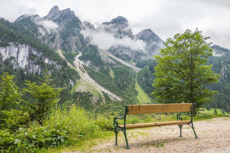 Gosau berg sjö i Österrike Härliga berg i bakgrunden royaltyfri bild