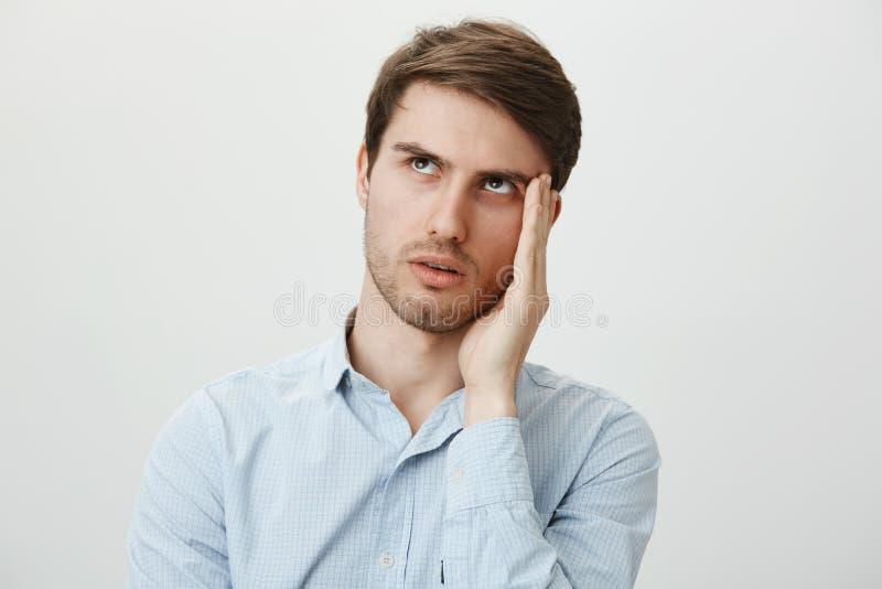 Gosh, así que molestando, esperanza que ella no hablaría conmigo Retrato del hombre joven hermoso molestado en la camisa sport qu fotografía de archivo libre de regalías