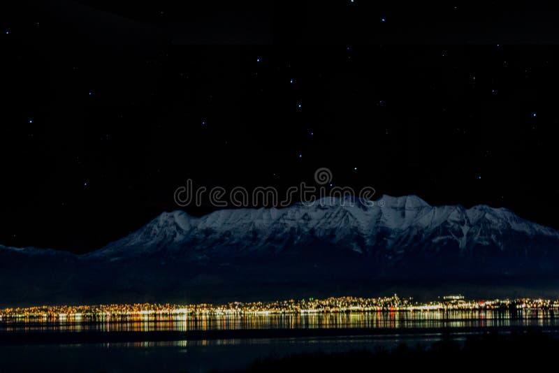 1-28-2018- Goshen Utah/USA - Timpanogos från över sjön på natten med stjärnorna och visningen för stor skopa royaltyfria bilder