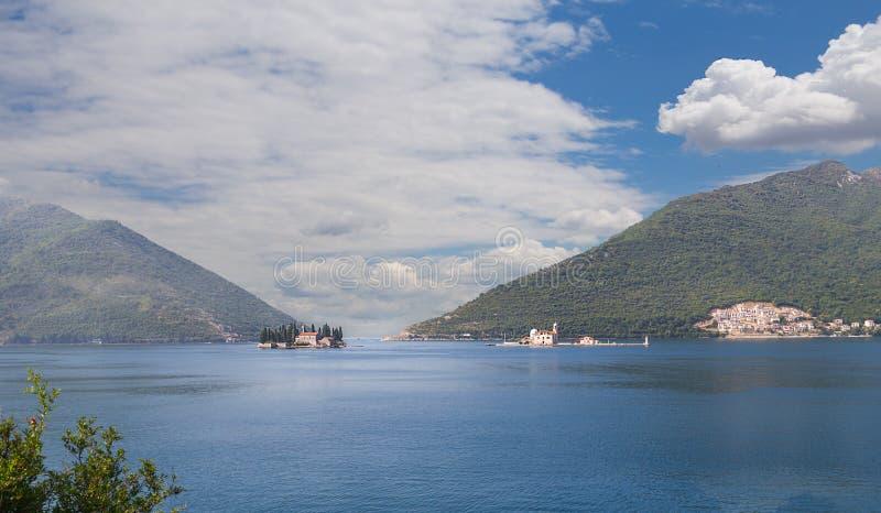 Gospa od Skrpjela en St Nikola eilanden Montenegro stock afbeelding