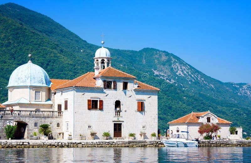 Gospa od Skrpjela, Perast, Montenegro Kleine kerk in Baai van Kotor stock foto's