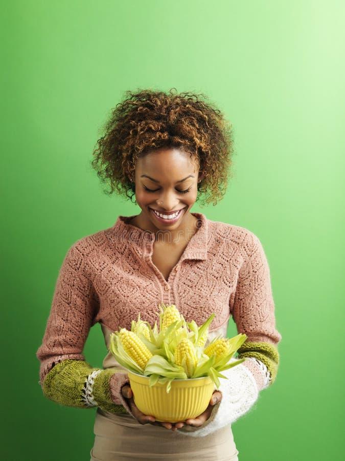 gospodarstwa kukurydzana kobieta obrazy stock