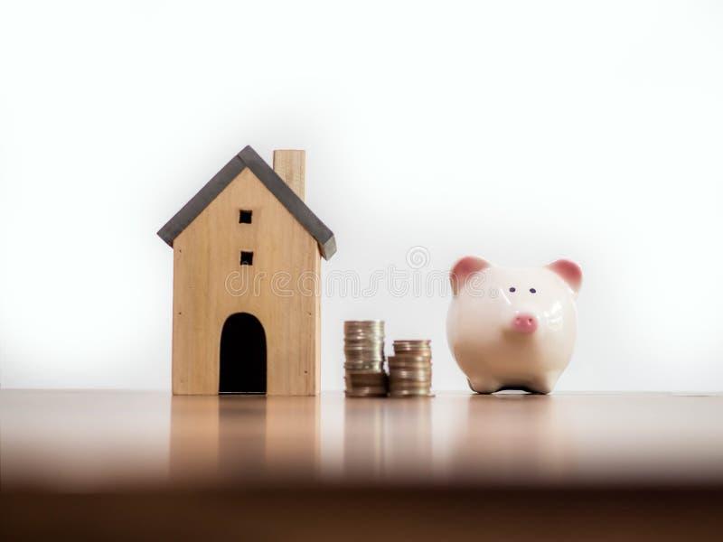 Gospodarstwo domowe finanse, oszczędzania, modela domowy pieniądze i prosiątko bank i, monet pojęcia ręk pieniądze stosu chronien zdjęcie stock