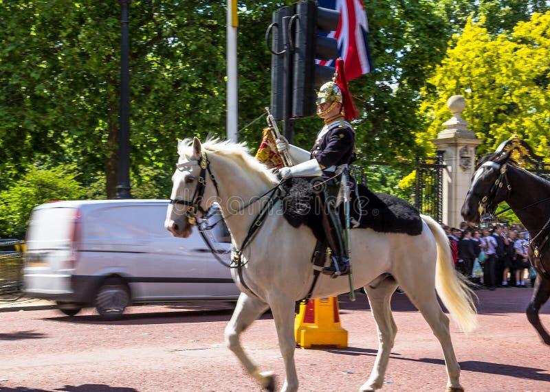 Gospodarstwo domowe kawaleria chodzi wzdłuż centrum handlowego w Londyn, Anglia zdjęcie royalty free