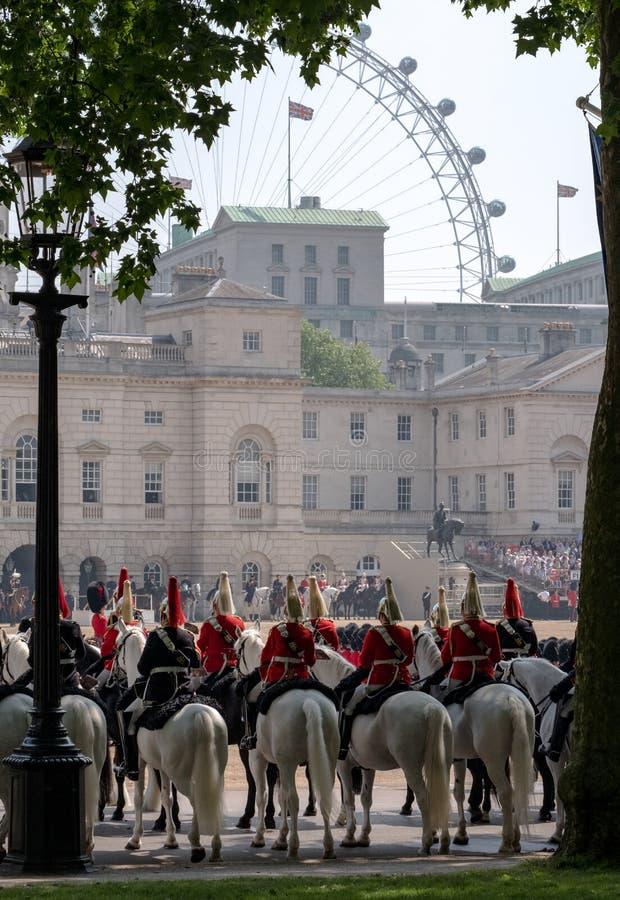 Gospodarstwo domowe kawaleria przy Gromadzić się Colour ceremonię Londyński oko może widzieć w tle fotografia stock