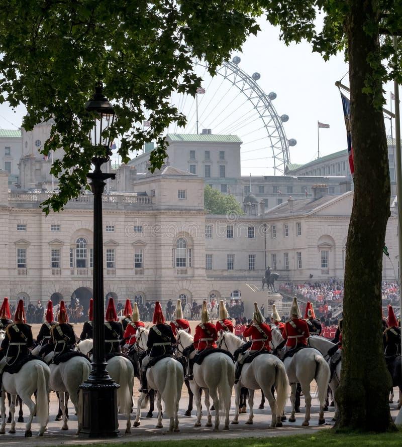 Gospodarstwo domowe kawaleria przy Gromadzić się Colour ceremonię Londyński oko może widzieć w tle zdjęcie stock