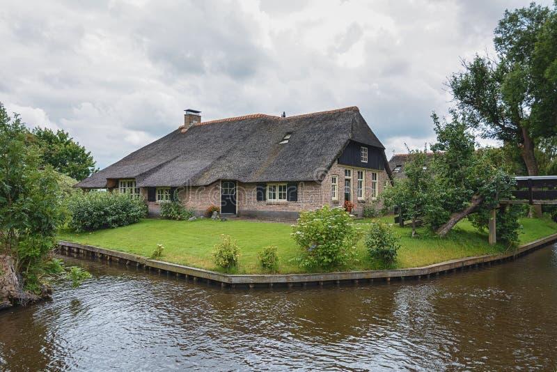 Gospodarstwo rolne stojaki między kanałami w Holenderskiej wiosce Giethoorn obrazy royalty free