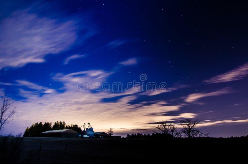Gospodarstwo rolne w wsi przy nocą obraz stock