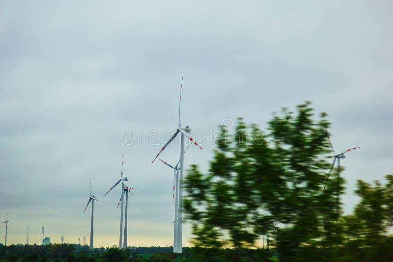 Gospodarstwo rolne wiatrowi elektryczność generatory alternatywna władza od energii odnawialnej ekologicznie ?yczliwa produkcja w obraz royalty free