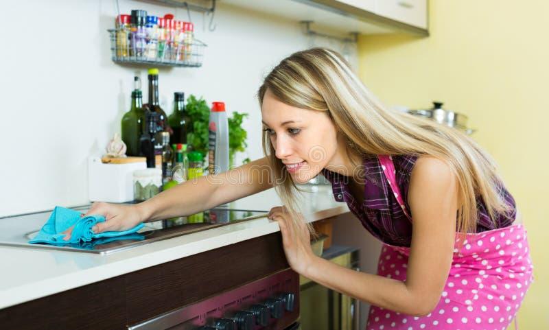 Gospodyni domowa czyści elektrycznego panel zdjęcie royalty free