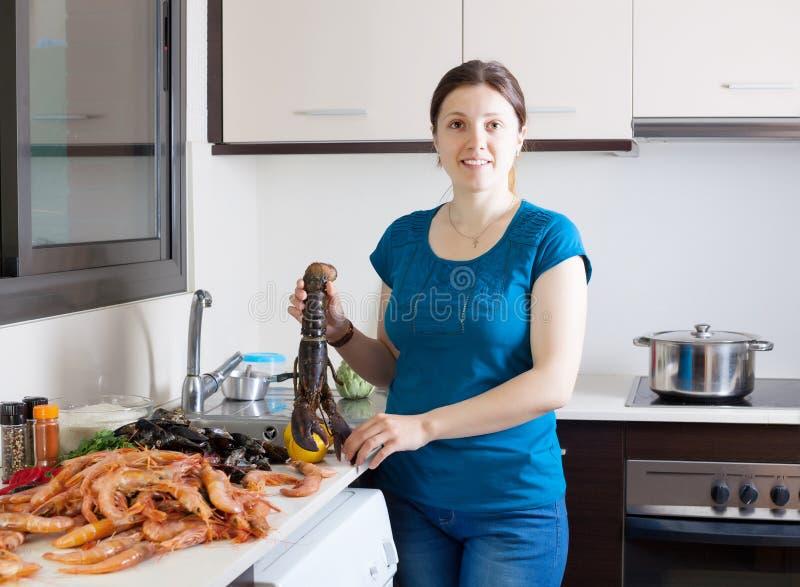 Gospodyni domowa gotuje dennego jedzenia specjalność zdjęcie stock