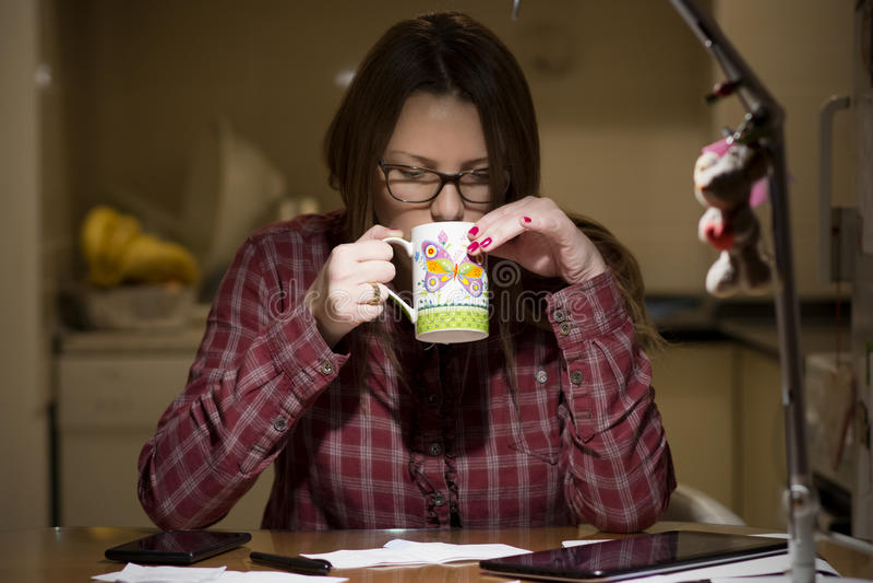 Gospodyni domowa płaci rachunki online fotografia stock